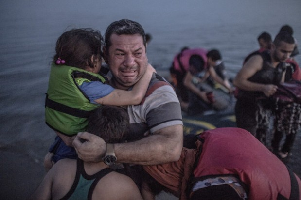 Refugiado sirio con sus dos hijos. Abandonan sus casas para vivir el sueño europeo. Olé.